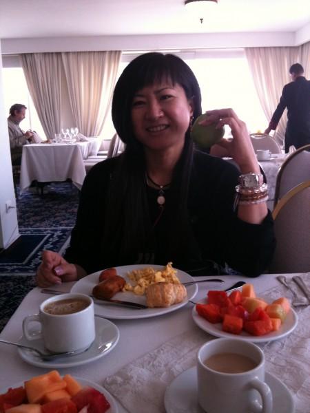 梶田キョウコさんとフルーツいっぱいのコロンビアの朝食