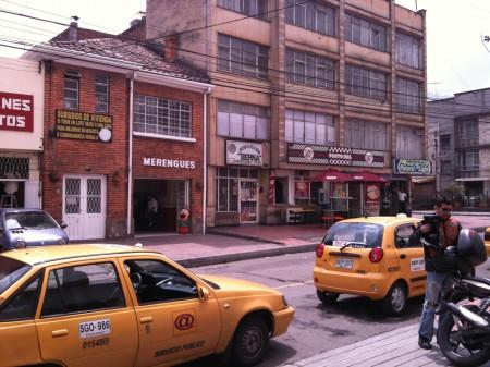 劇場前の街並み