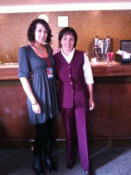 カフェのカルメンサさん(右)と通訳のアンヘリーカさん