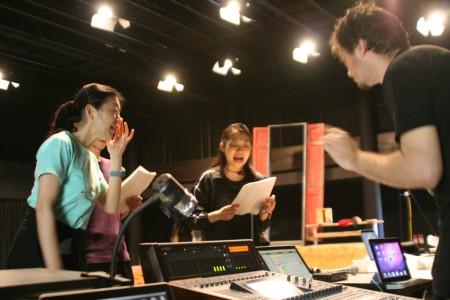 音楽家・アレサンドロと、出演するSPAC俳優のコーラス稽古