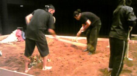 土を掘ってるオマール。ざくざく。(左)