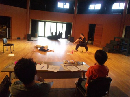手前左から演出の安田さん、演出助手の竹内さん