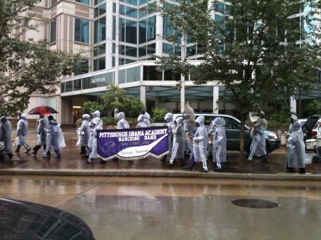 センターの前を通る「ピッツバーグ・オバマ・アカデミー・マーチング・バンド」