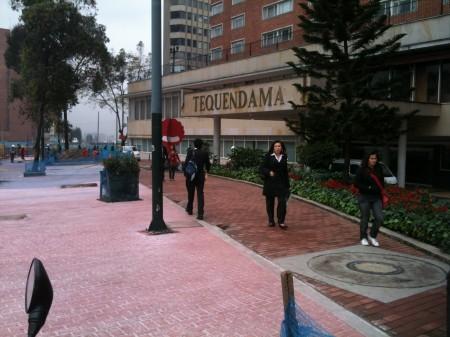 演劇祭関係者が泊まるテケンダーマ・ホテル。赤い物体はボゴタ演劇祭の創始者で女優のファニー・ミケーを模した演劇祭のシンボル