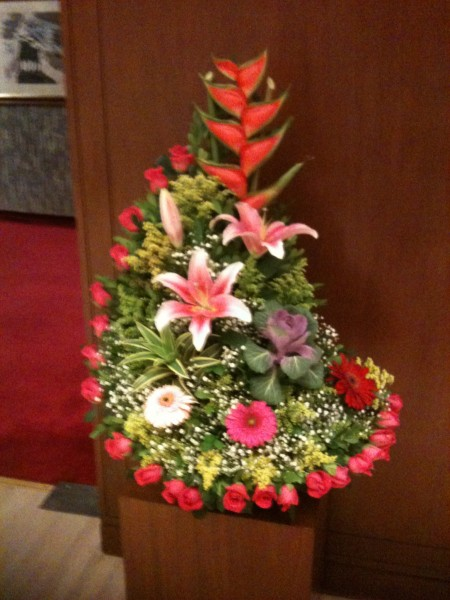 アナマルタさんから劇場に熱帯生け花が届く