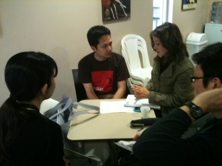 緊急ミーティング 制作担当ディアナさん、SPACTシャツの通訳小林さん、制作大石さん、丹治さん