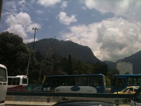 ホテル前から見えるモンセラーテの丘 3月のボゴタにしては天気がいい