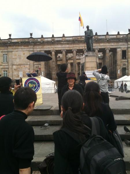 ボリバル広場の銅像と記念撮影 オマール・ポラス演出『シモン・ボリバル』にも出演した貴島豪さん