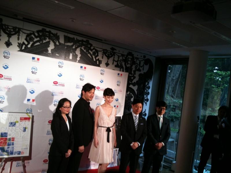 左二人目から別所哲也さん、森理世さん、田辺信宏市長