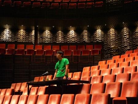 演出家卓から舞台を見つめるノゾエさん