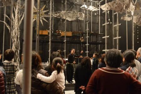 舞台上でスタッフが装置を説明