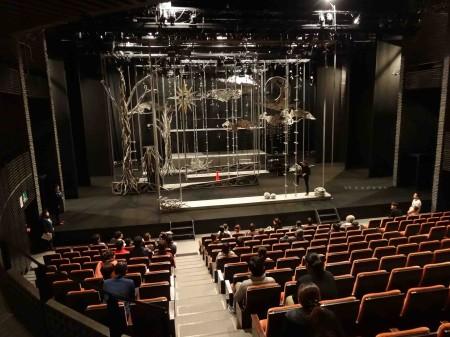 舞台装置を説明する制作部主任村松