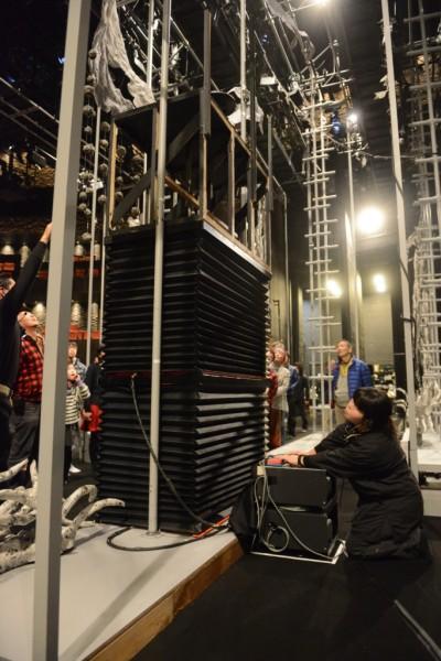 舞台裏で装置を動かすところを実演