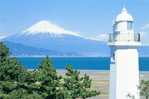 三保園から富士と灯台
